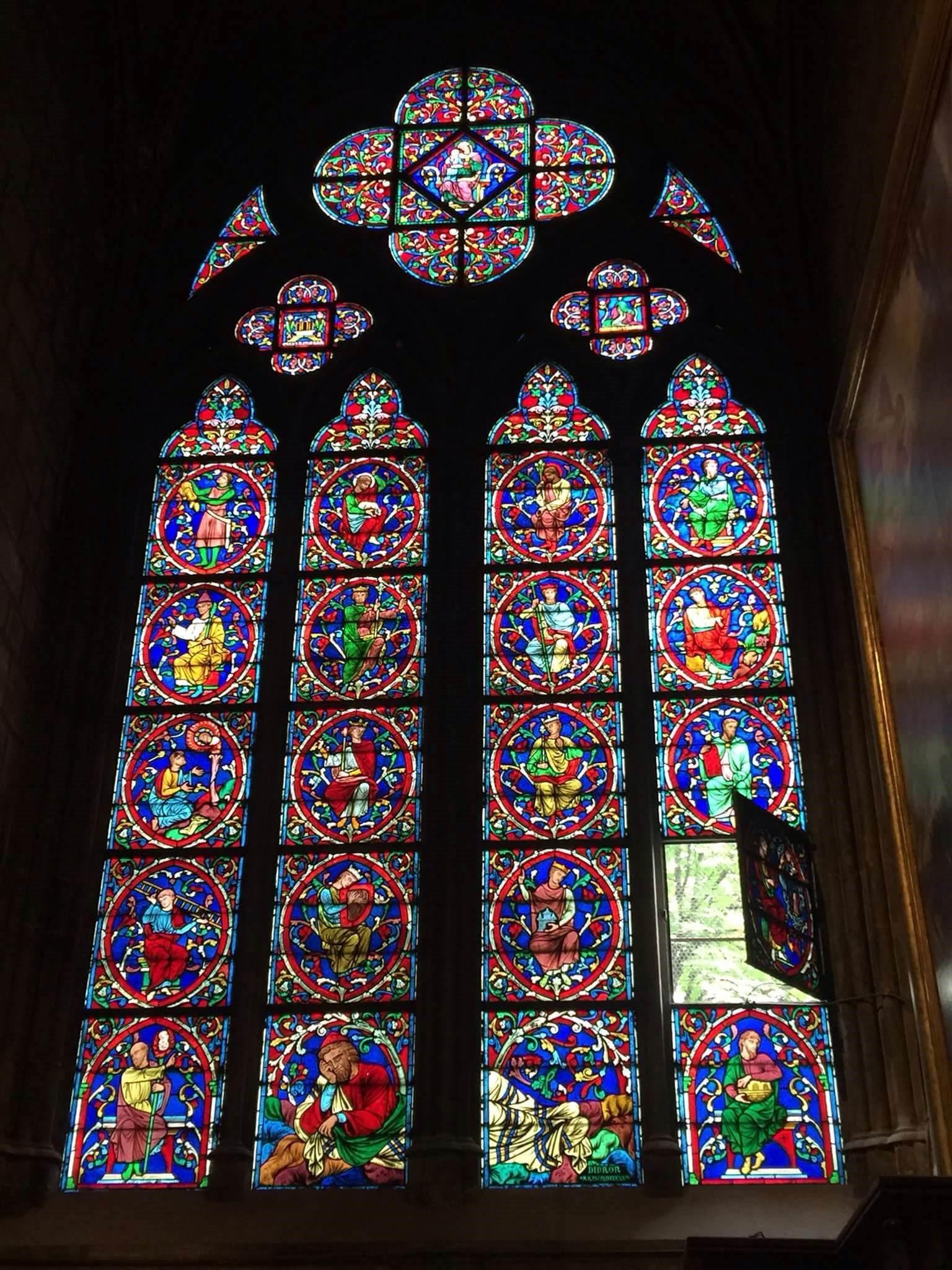 H1. Tranh kính tại nhà Đức Bà, Paris,Pháp.